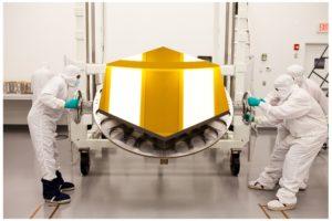 Salah satu keping panel heksagonal berlapis emas JWST [Foto: Wikimedia]