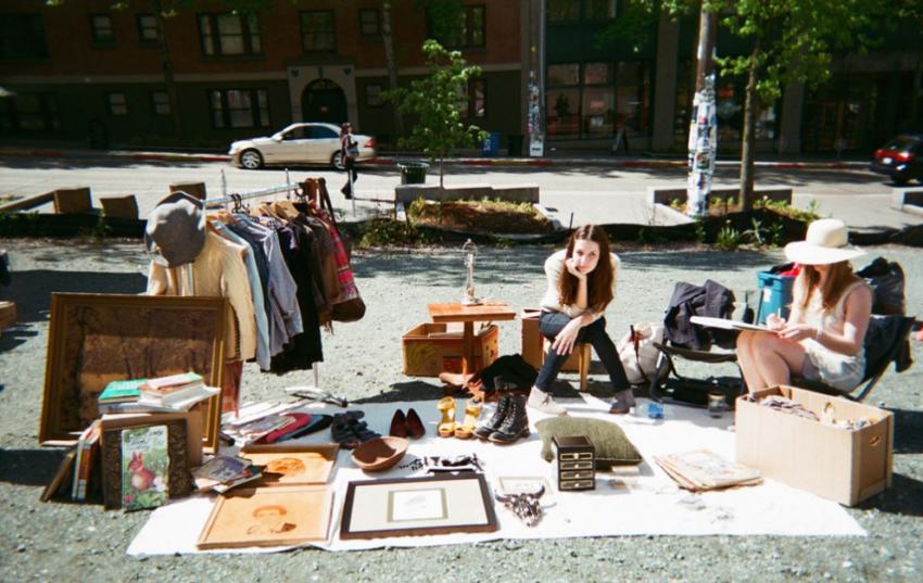 Hasil gambar untuk wanita belanja barang bekas